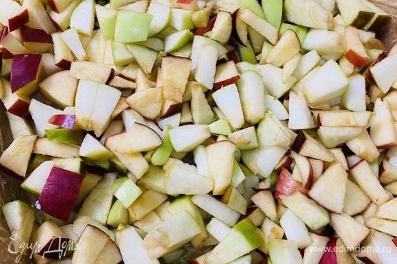 Помыть яблоки, удалить сердцевину. Нарезать яблоки на небольшие кубики.