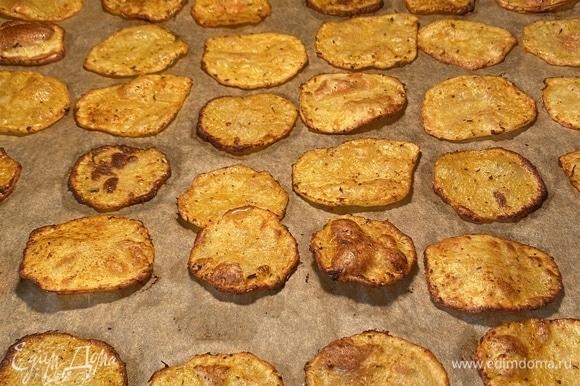 Чем сильнее зажарится, тем более хрустящим будет. Готовые чипсы посолить и сразу подавать. Приятного аппетита!