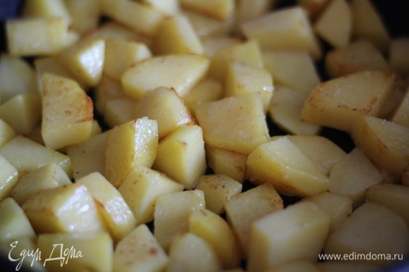 Картофель чистим, нарезаем крупными кусочками, выкладываем все на противень, солим, сбрызгиваем растительным маслом и отправляем в духовку минут на 15 при 160°C.