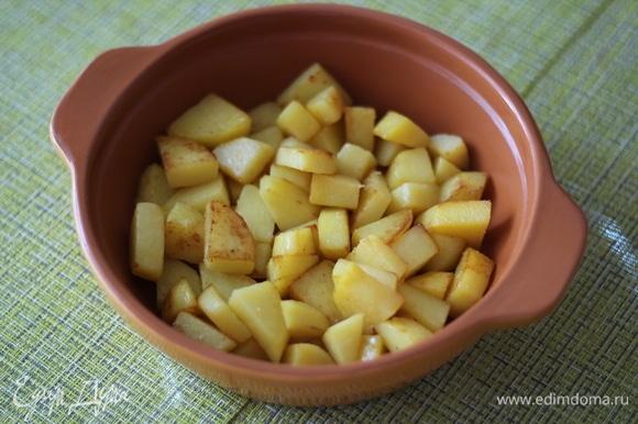 Далее в жаропрочную форму выкладываем картофель.