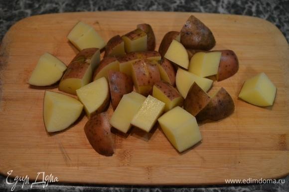 Картошку хорошо вымойте, ведь она будет готовиться в кожуре. Поэтому лучше воспользуйтесь специальной щеткой для мытья овощей. Нарежьте на кусочки размером около 1,5–2 см.