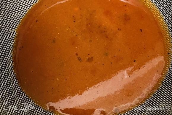Готовый томатный соус процедить через сито.