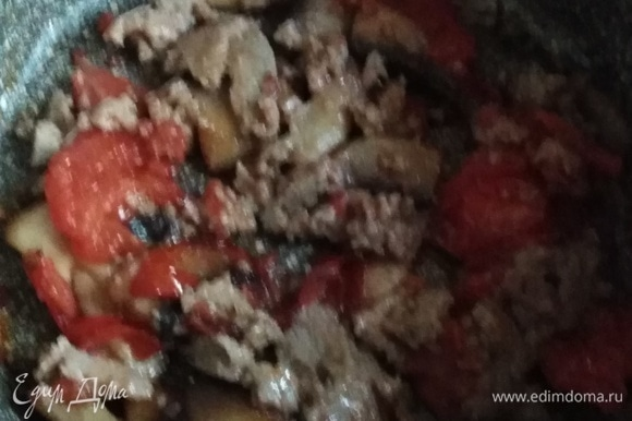 Перемешать и жарить еще несколько секунд, чтобы колбаса превратилась в фарш.