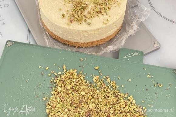 Готовый торт посыпать измельченными фисташками.