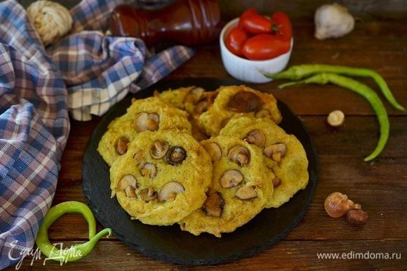 Вкусные хрустящие драники с грибами готовы.