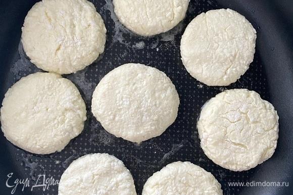 Соединить творог, яйца, сахар и муку, смешать до однородной массы. Отставить на 10–15 минут. Сковороду разогреть с небольшим количеством растительного масла. У меня кокосовое, оно меньше чадит и впитывается. Спустя время сформировать сырники, обвалять в муке. Чтобы придать красивую круглую форму, необходимо взять стакан, перевернуть его и прокрутить несколько раз сырник на 360 градусов.