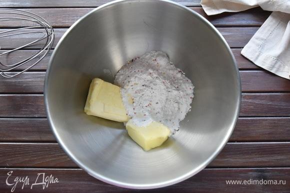 Соединить в деже (рабочая чаша) сахарную пудру и сливочное масло. Взбить до однородной гладкой массы.