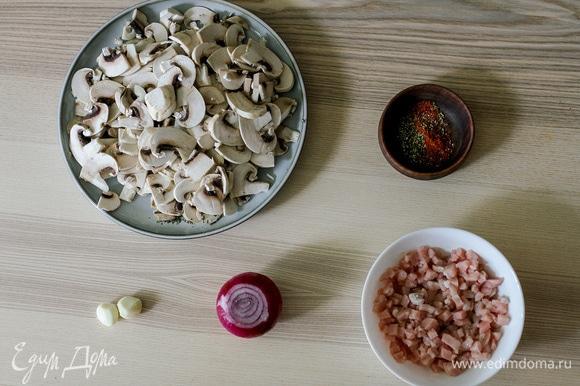 Для начинки мелко нарезать лук, куриное филе, грибы и чеснок.