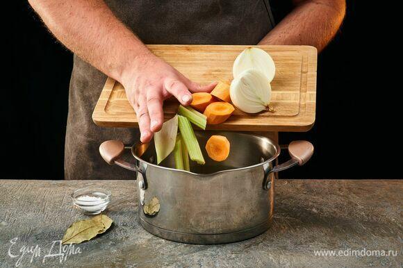 В подсоленную воду добавьте лавровый лист, добавьте овощи и доведите до кипения.