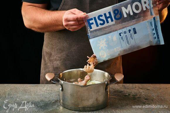 Выложите молодых осьминогов Fish&More. Варите на среднем огне около 2 минут. Остудите.