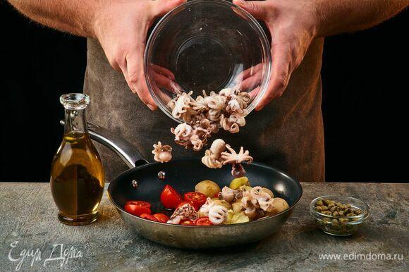 Выложите в сковороду с оливковым маслом осьминогов, помидоры черри, каперсы и картофель. Прогрейте 1–2 минуты. Затем выложите в салатник.