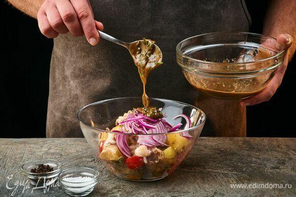 В салатник выложите красный лук. Добавьте заправку, перемешайте.