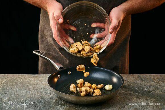 На сковороде в оливковом масле обжарьте очищенные зубчики чеснока. Выложите мидии, посолите, поперчите. Обжаривайте на среднем огне до готовности (около 3 минут).