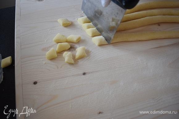 Нарежьте ньокки размером 2 см специальной резкой для теста, чтобы изделия не помять. Я для удобства резала сразу 3 колбаски.