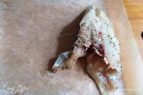 По количеству кусков рыбы отрезать пекарскую бумагу. Каждый листок смазать растительным маслом с внутренней стороны. Выложить кусок рыбы, накрыть другим краем бумаги.