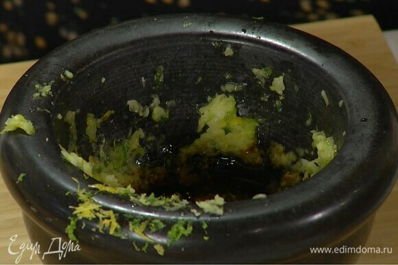 Приготовить маринад: в ступке соединить измельченный чеснок, цедру лайма и лимона, все посолить и растереть, добавить натертый имбирь и еще раз растереть, затем влить 2 ч. ложки соевого соуса, 1 ч. ложку сиропа агавы и оливковое масло, все перемешать.
