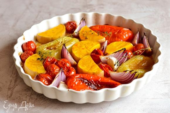 Запекаем овощи при температуре 200°C до мягкости, примерно 30 минут.