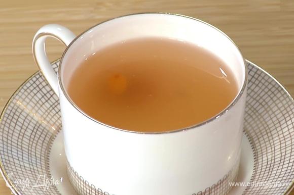 Оставить чай завариваться на 5–10 минут, затем разлить по чашкам.