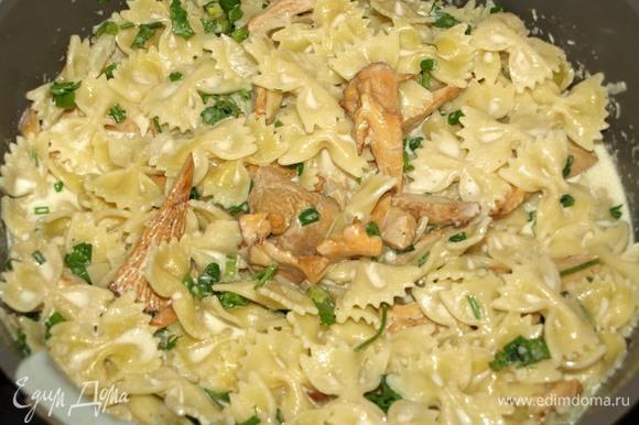 Добавляем приготовленные заранее макароны, часть рубленой зелени, перемешиваем и прогреваем 2–3 минуты.