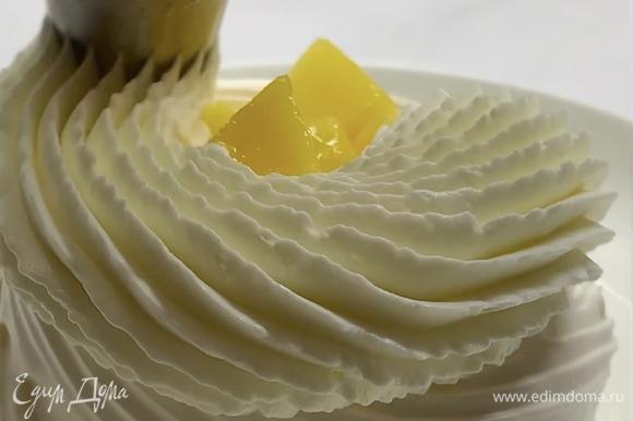 Собираем десерт: в меренговую корзиночку выкладываем небольшую часть крема на дно, добавляем начинку, сверху отсаживаем шапочку крема и украшаем ягодами.