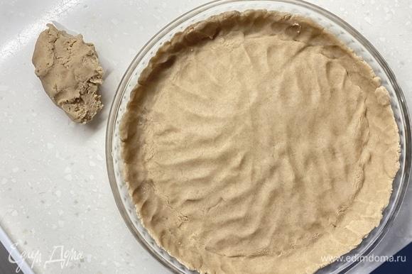 Распределить тесто по форме. Меньшую часть оставить для верха. Убрать в холодильник на 30 минут.