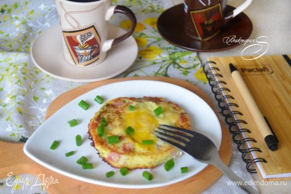 Готовые оладьи сразу же подавайте к столу. Приятного вам аппетита и хорошего начала дня!
