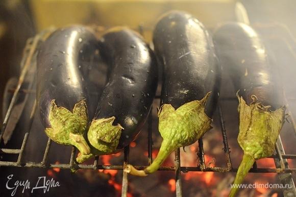 Баклажаны вымойте, наколите в нескольких местах вилкой и запеките на мангале или в духовке. Лучше на огне — это придаст блюду легкий аромат дымка.