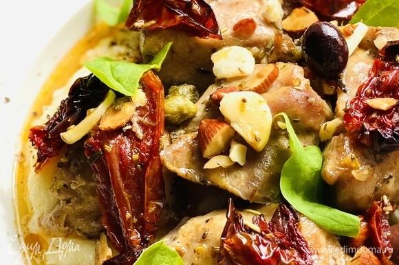 За 15 минут до конца запекания к мясу добавить оливки, каперсы, вяленые помидоры и посыпать орехами. Идеальный гарнир для этого блюда — картофельное пюре. Выложить на него индейку и полить соусом от мяса!