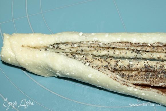 Тесто сворачиваем в плотную трубочку. Разрезаем трубочку вдоль на 2 половинки, отступая от края 1–1,5 см.