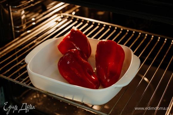 Поставить в разогретую до 200°C духовку на 15 минут, затем перевернуть перцы и выпекать еще 15 минут.