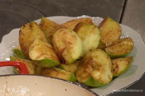 Чеснок почистить, мелко порубить и добавить к яблокам, все перемешать и обжарить до золотистого цвета, затем переложить на тарелку.