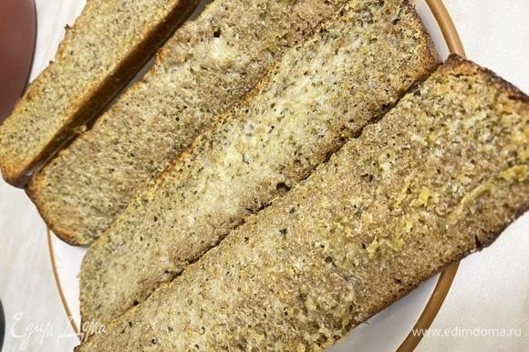 Отправить чесночные багеты в духовку минут на 10, до образования легкой корочки. Температура в духовке — 180–200°C.
