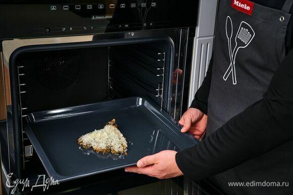 Достаньте готовый баклажан, очистите его от кожуры, посыпьте смесью из сухарей и пармезана. Включите режим «Гриль» и запекайте до образования сырной корочки еще 10 минут.