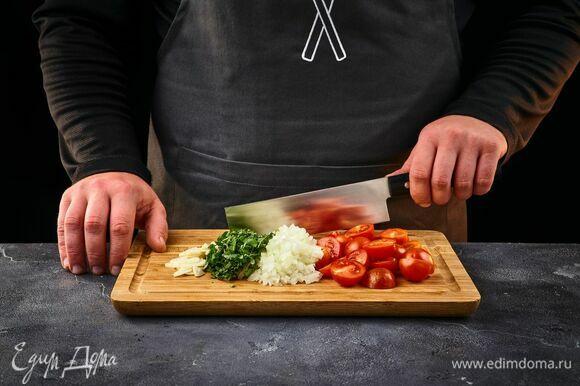 Для соуса мелко нарежьте лук и чеснок, черри — пополам, базилик мелко порубите.