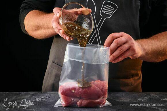 Поместите свинину в пакет, влейте маринад.