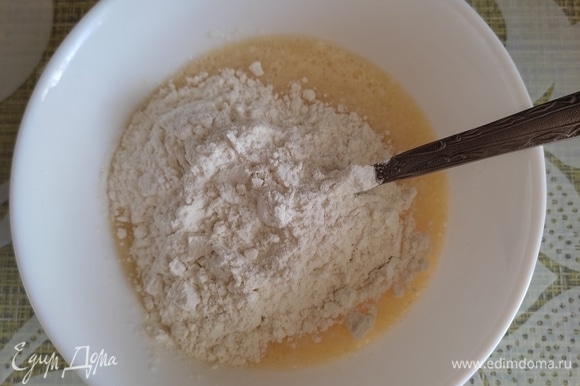 Готовим галушки. Яйцо взбить вилкой до однородности. Добавить сметану, муку и замешать тесто ложкой.