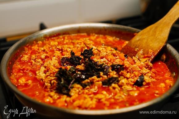 Добавить протертые помидоры и базилик (можно свежий или сушеный). Тушить еще 20–30 минут, помешивая.