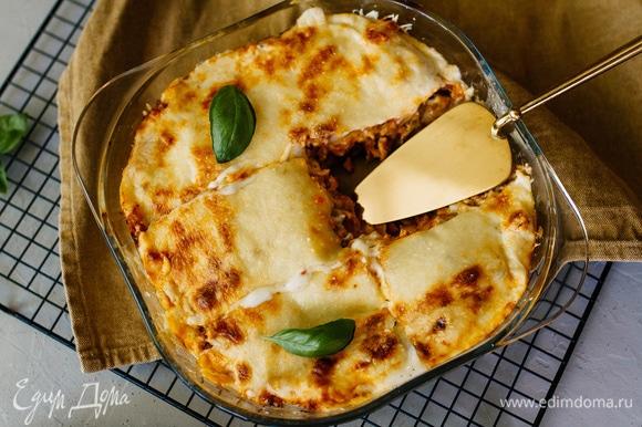 Готовой лазанье дать время остыть (10 минут хватит), и можно нарезать на кусочки и подавать. Приятного аппетита!