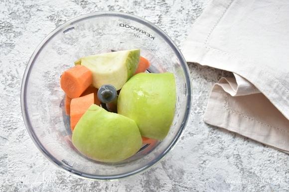 Яблоки нарезаю на четвертинки и удаляю сердцевину, кожуру не снимаю. Соединяю с морковью.