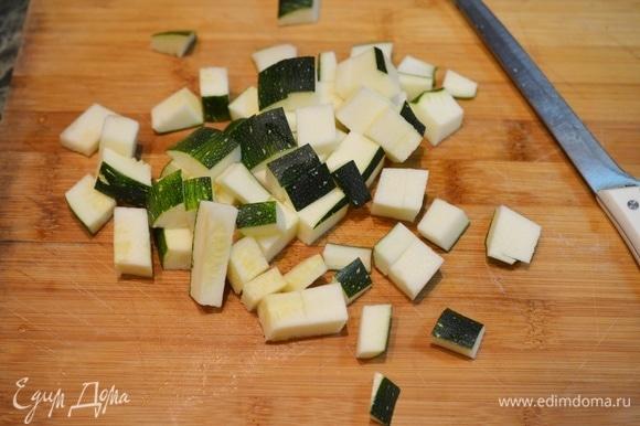 Молодые кабачки можно не чистить. Семечки удаляйте только крупные. Нарежьте овощ кубиком.