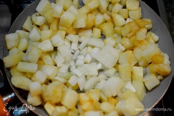 Отодвиньте жареную картошку к краям сковороды, в центр выложите лук. Обжарьте.