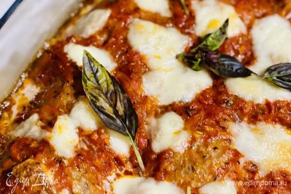 Отправить на 40 минут в духовку, разогретую до 180°C. По готовности добавить свежий базилик.