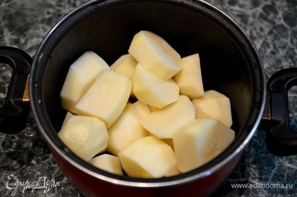 Картофель почистите, нарежьте.