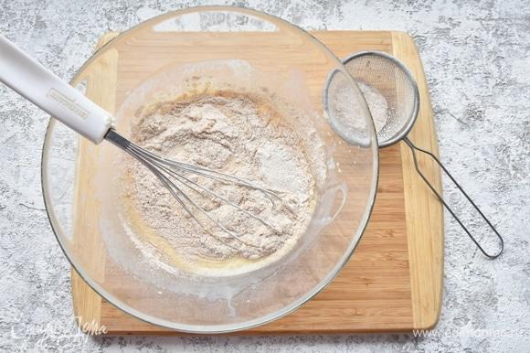 Соединить сухие компоненты для теста: муку, соль, имбирь молотый, разрыхлитель. Добавить к жидкими ингредиентам и аккуратно перемешать силиконовой лопаткой.
