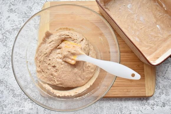 Долго замешивать тесто не следует. Форму для выпечки выстелить пергаментом и смазать сливочным маслом.
