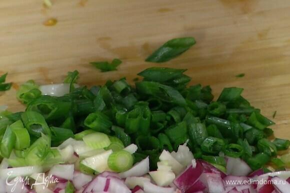 Зеленый лук тонко порезать наискосок.