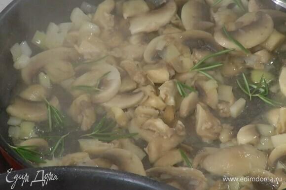 В отдельной сковороде разогреть оставшееся оливковое и сливочное масло и обжарить лук с чесноком, затем выложить грибы, посыпать их листьями с двух веточек розмарина и обжарить до готовности.