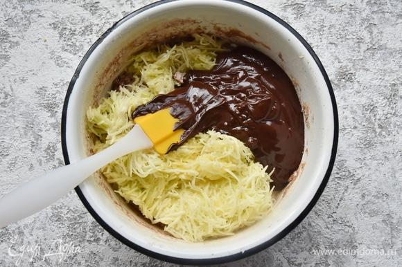 Не отжимая влагу из кабачка, добавить его в тесто. Туда же выложить шоколадную смесь и перемешать.