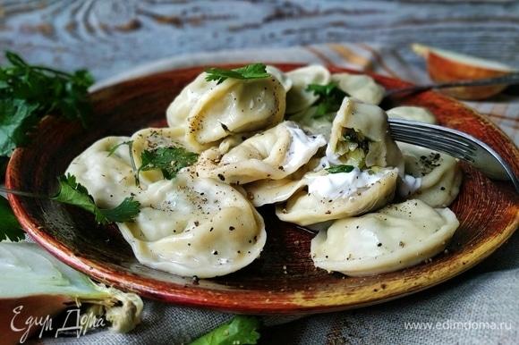 Готовые пельмени выложите шумовкой на блюдо. Подавайте к столу со сметаной или любым соусом, который вы любите.