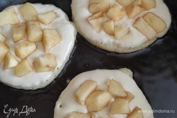 На сковороде раскаляем растительное масло, выкладываем тесто по 1 ст. ложке и сразу же выкладываем сверху кусочки яблока. Немного придавливаем, чтобы они погрузились в тесто. Кусочки яблока не должны лежать горкой, каждый должен быть с одного бока в тесте.
